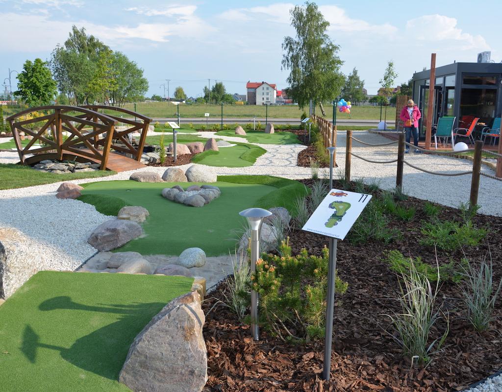 Tor 11, mostek i recepcja pola do minigolfa w Adventure Golf Park w Łebie