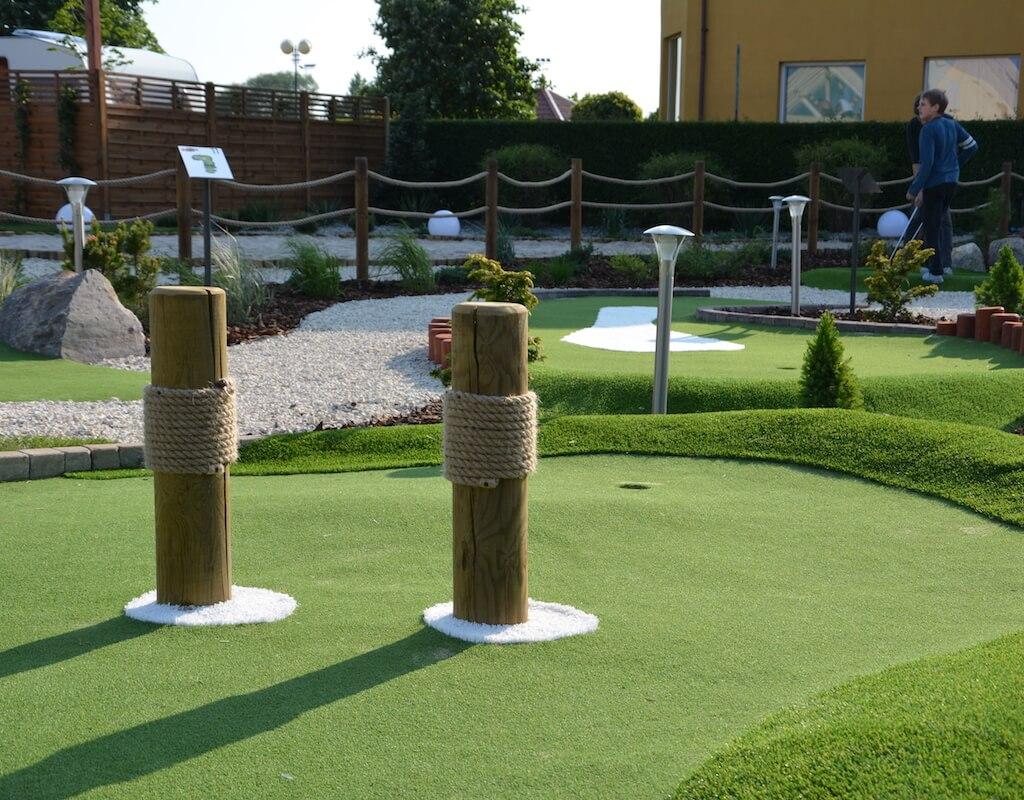 Przeszkody na torze 7 na polu do minigolfa w Adventure Golf Park w Łebie