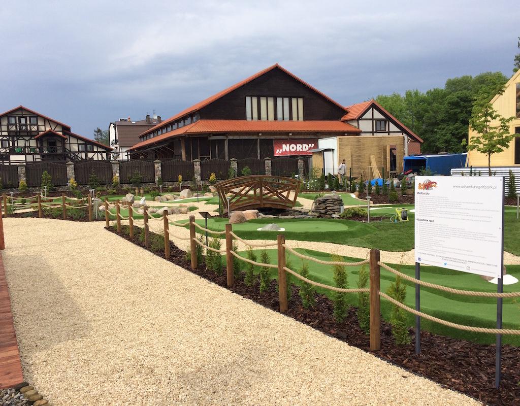 Główna ścieżka przy recepcji pola do minigolfa w Adventure Golf Park w Łebie.