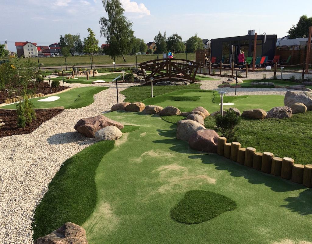 Tor 6, mostek i recepcja pola do minigolfa w Adventure Golf Park w Łebie