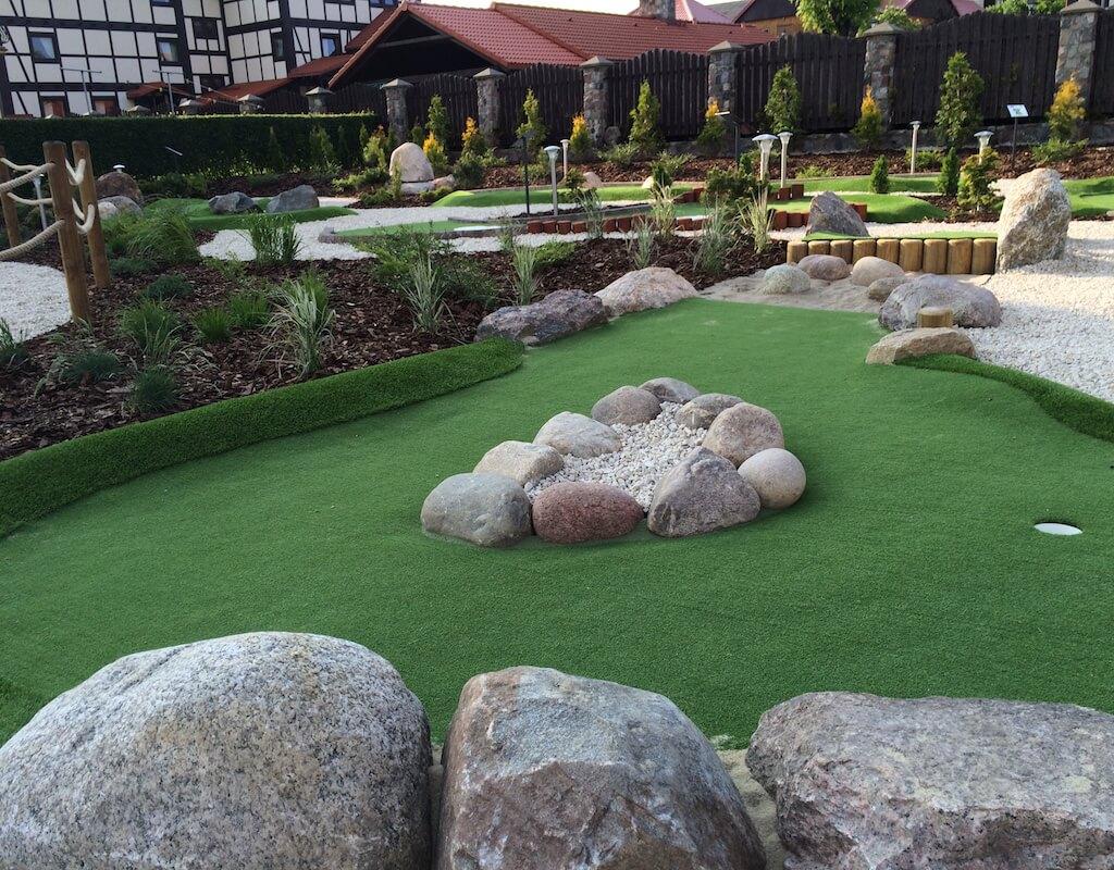 Tor 11 i naturalne przeszkody na polu do minigolfa w Adventure Golf Park w Łebie