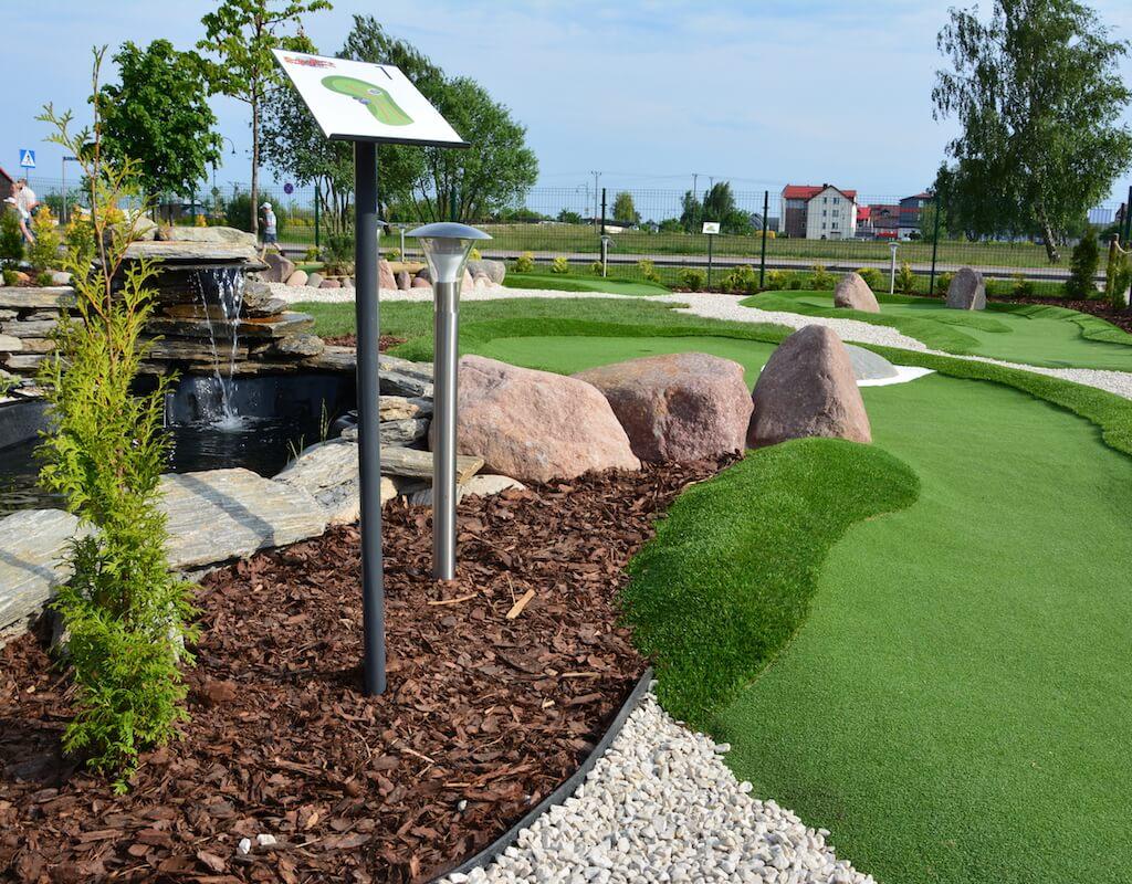 Tor pierwszy oraz kaskada przy oczku wodnym na polu do minigolfa w Adventure Golf Park w Łebie