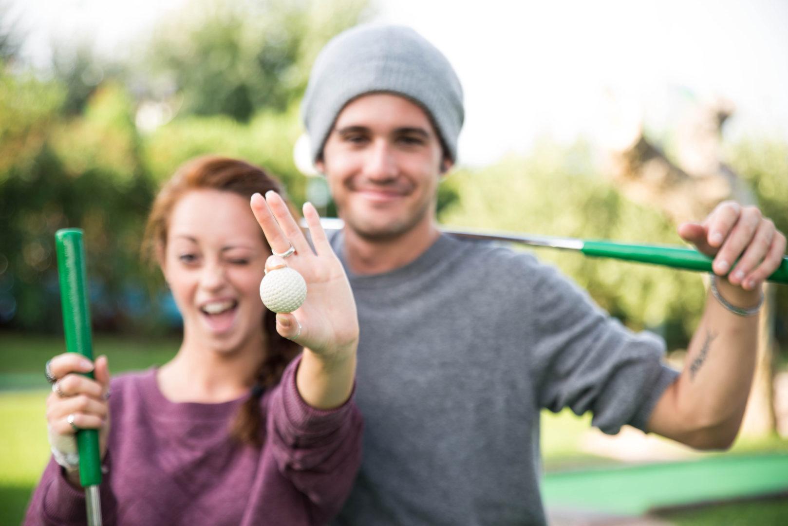Dorośli grają w minigolfa