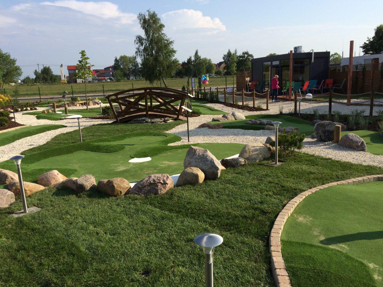 Tor 12, mostek i recepcja pola do minigolfa w Adventure Golf Park w Łebie